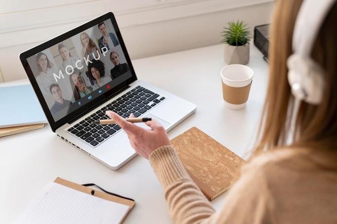 Zbliżenie kobiety podczas rozmowy wideo w pracy