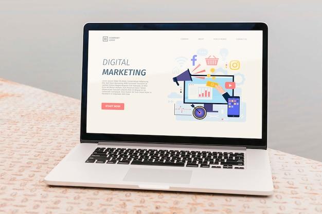 Zbliżenie laptop z cyfrową stroną docelową marketingu