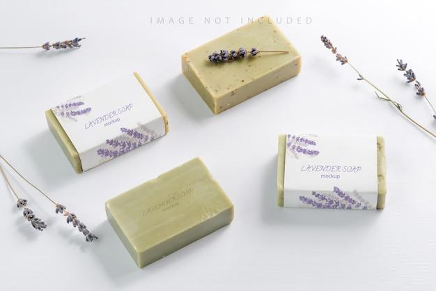 Zbliżenie makieta naturalnego mydła ziołowego z kwiatów lawendy