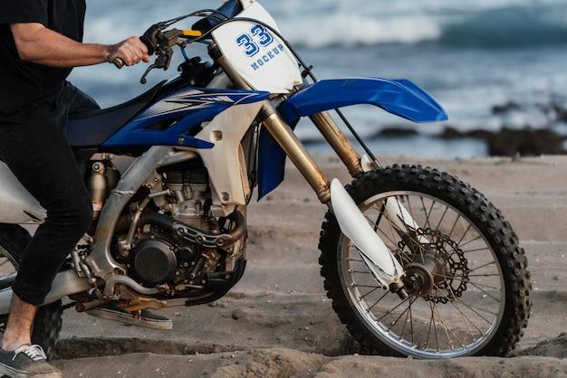 Zbliżenie na człowieka za pomocą makiety motocykla