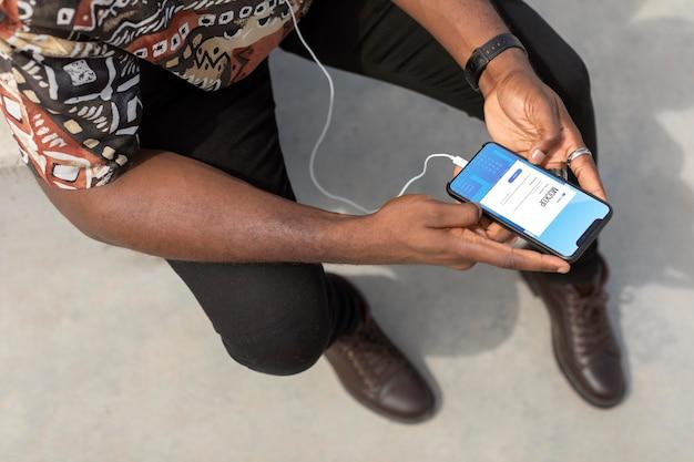 Zbliżenie na człowieka za pomocą makiety smartfona