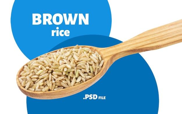Zbliżenie na kasze z brązowego ryżu łyżką na białym tle