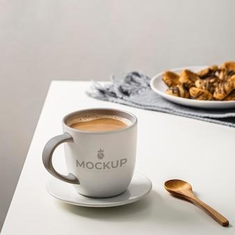 Zbliżenie na makieta filiżanki kawy