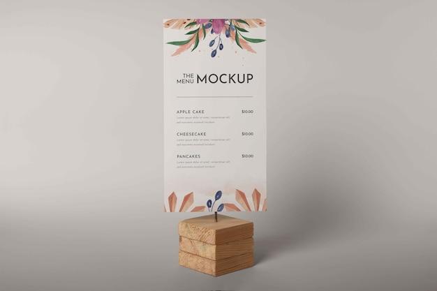 Zbliżenie na makieta menu w drewnianym uchwycie
