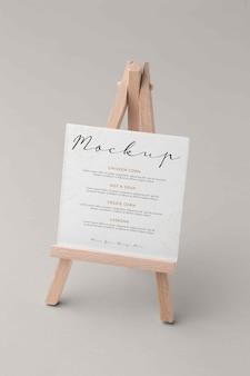 Zbliżenie na makietę menu z uchwytem na sztalugi