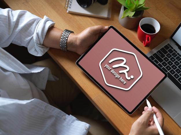 Zbliżenie na pracownika przy użyciu makiety tabletu do badań