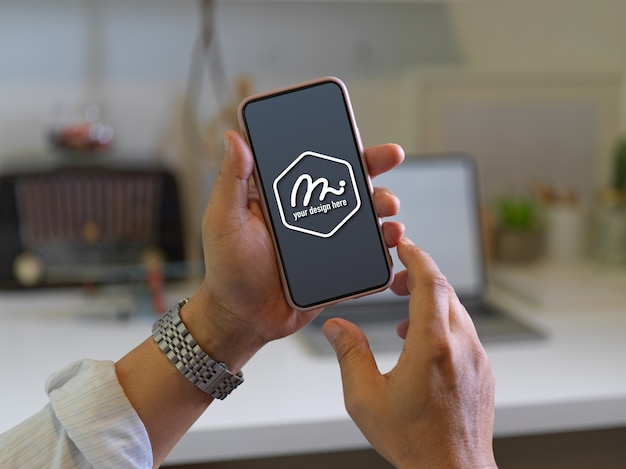 Zbliżenie Na Ręce Trzymając Makieta Ekranu Smartfona Premium Psd