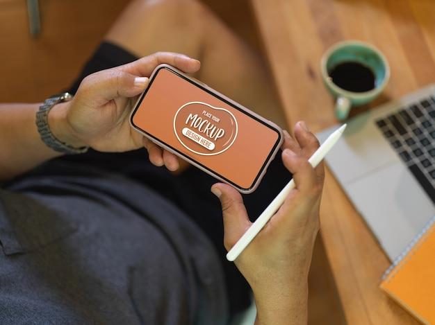 Zbliżenie na ręce trzymając makieta ekranu smartfona