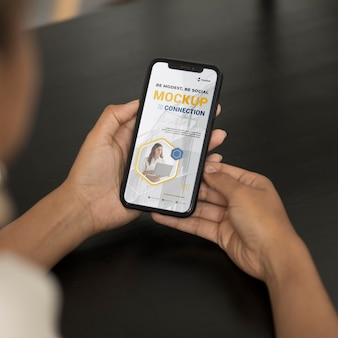 Zbliżenie na ręce trzymające makieta telefonu