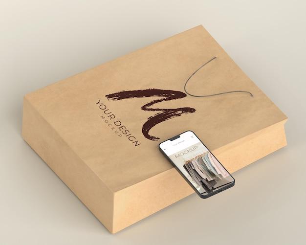 Zbliżenie na torbę na zakupy z makietą urządzenia cyfrowego