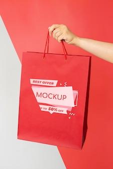 Zbliżenie ręki trzymającej torbę na zakupy
