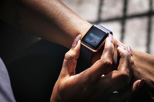 Zbliżenie smartwatcha na makiecie nadgarstka