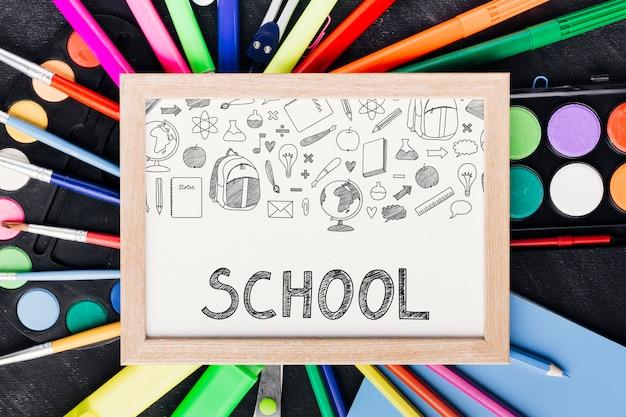 Zbliżenie z powrotem do szkoły z białą tablicą