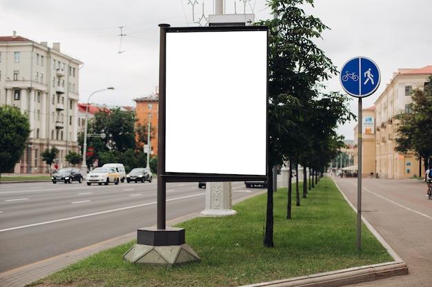 Zdjęcie dużej zewnętrznej klatki do wyświetlania reklam przy alei