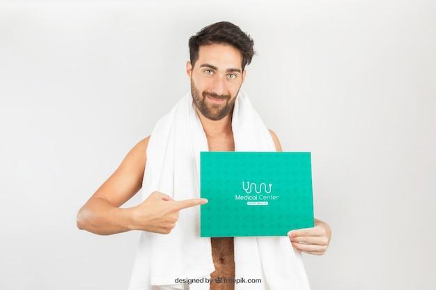 Zdrowy człowiek stwarzających z ręcznikiem andtemplate