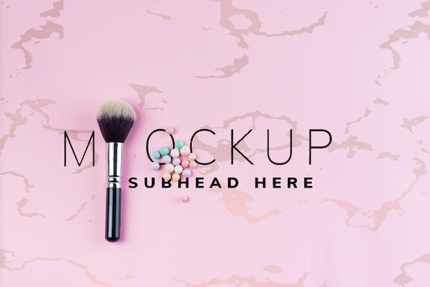 Zestaw kolorowych kosmetyków w proszku kulki i pędzle na różowo