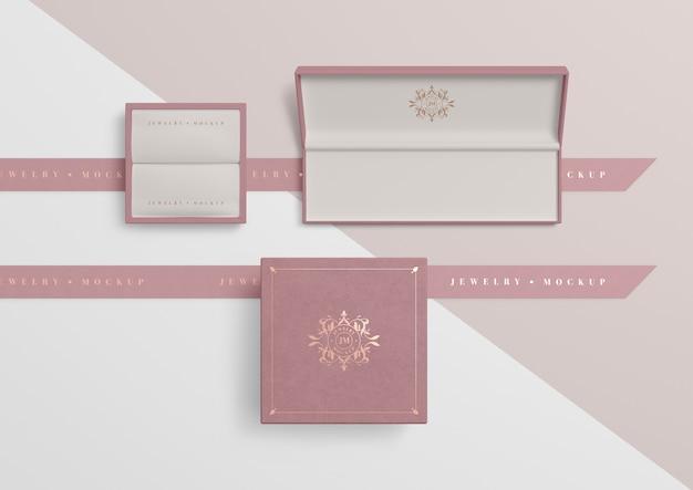 Zestaw otwartych pustych pudełek z różową biżuterią