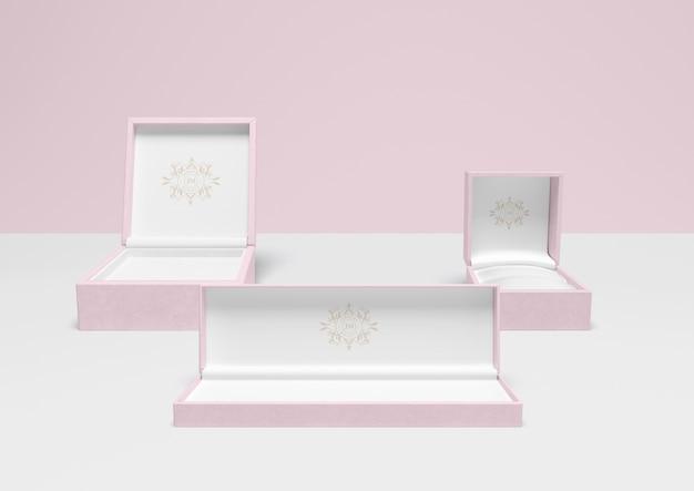 Zestaw otwartych różowych pudełek na biżuterię