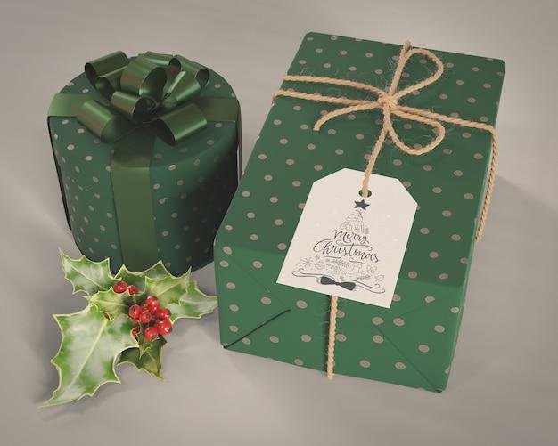 Zestaw prezentów zapakowany w ozdobny zielony papier