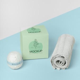 Zestaw zawiera pudełko, kule do kąpieli i ręcznik