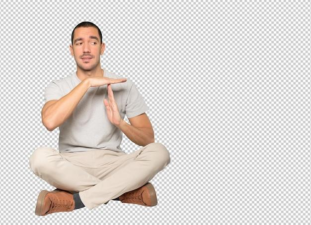 Zestresowany młody człowiek robi gest z rękami