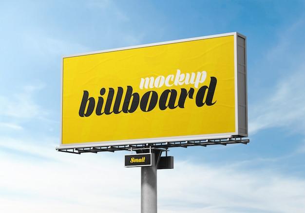 Zewnętrzna makieta billboardu na zachmurzone niebo