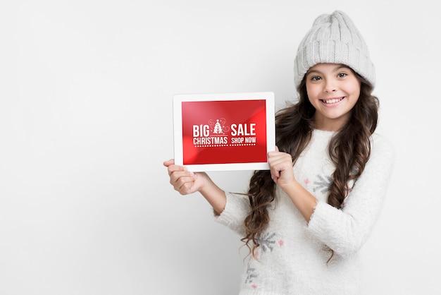 Zimowe wyprzedaże prezentowane przez młodą dziewczynę