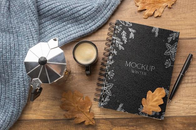 Zimowy asortyment hygge z widokiem z góry z makietą notebooka