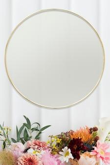 Złota kwiecista ramka na białej ścianie