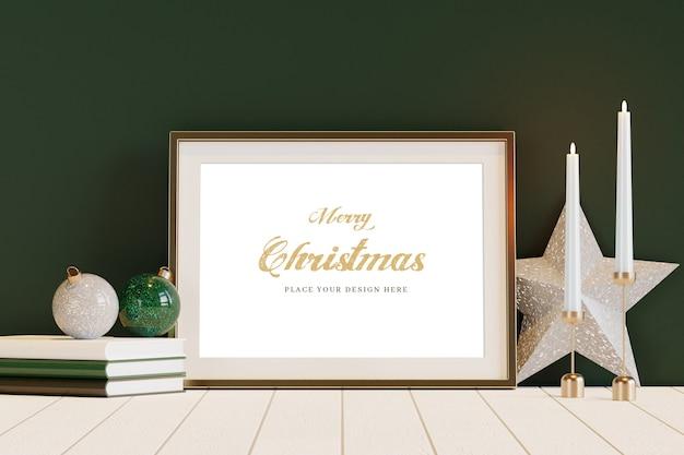 Złota rama z makietą dekoracji świątecznych