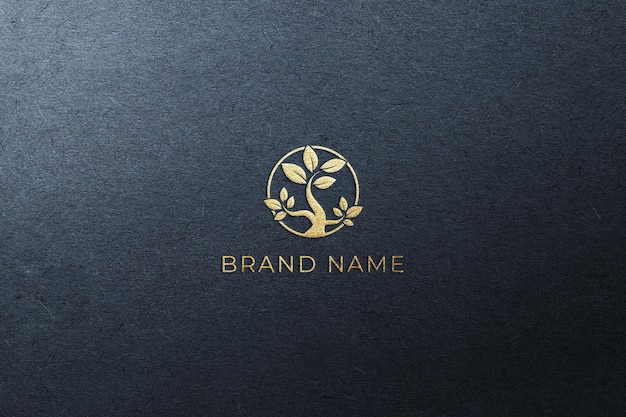 Złote logo na makiecie ciemnoniebieskiego papieru