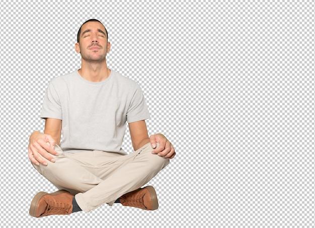 Zmęczony młody człowiek pozowanie na białym tle