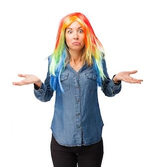 Zmieszana kobieta z kolorowym peruce