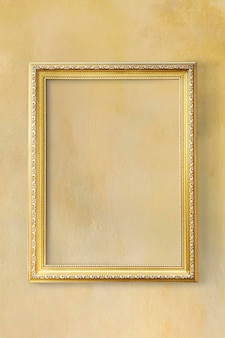 Żółta klasyczna ramka na zdjęcia na żółtej ścianie