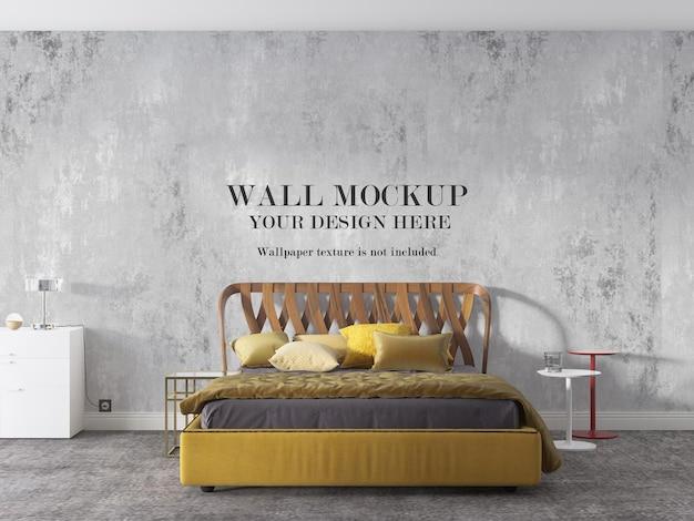 Żółte łóżko przed ścianą makiety