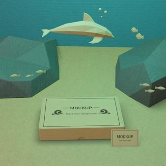 Życie morskie i karton pod wodą z makietą