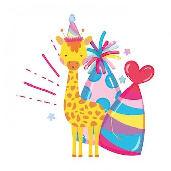 Śliczna i mała żyrafa z imprezowym kapeluszowym charakterem