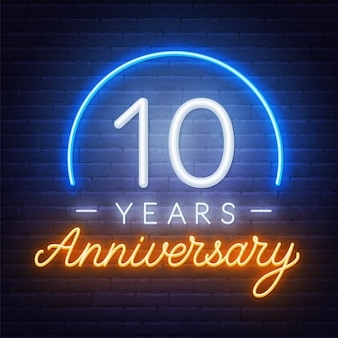 10 rocznica celebracja neon znak na ciemnym tle.