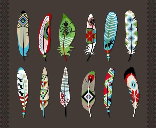 12 piór pomalowanych kolorowym etnicznym wzorem z symbolami zwierząt lub geometrycznymi kształtami koncepcja prymitywnej sztuki i naturalnej kreatywności na szarym tle z pionowymi bezszwowymi ozdobnymi obramowaniami