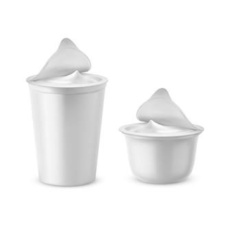 3d realistyczne plastikowe opakowania z jogurtem. śmietana mleczna z pokrywką z folii, nakrętka