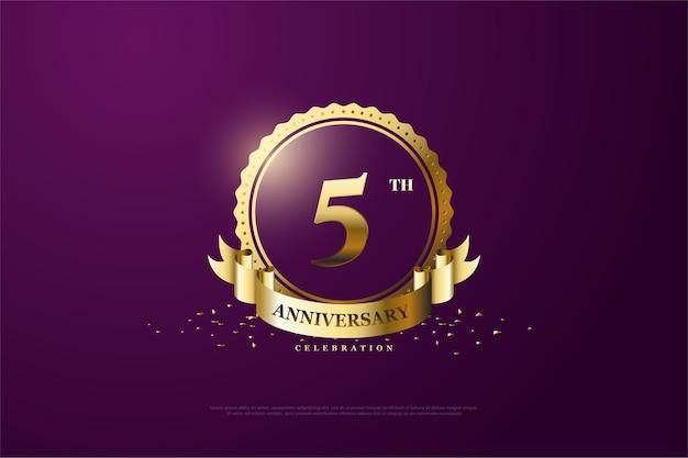 5 rocznica ze złotym kółkiem i wstążką na fioletowo