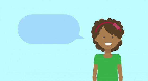 African american teenage girl happy smiling with chat bubble młoda kobieta różnorodne