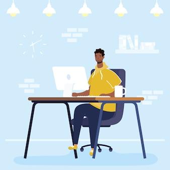 Afro człowiek za pomocą komputera stacjonarnego w charakterze miejsca pracy