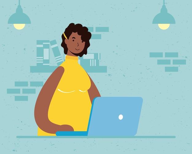 Afro etniczne kobieta za pomocą laptopa na scenie domu