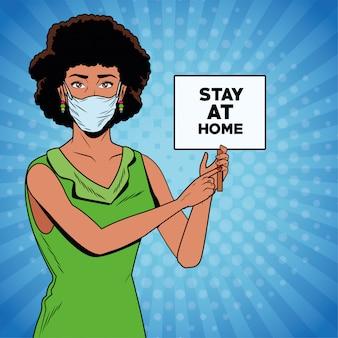 Afro kobieta za pomocą maski na twarz dla covid19 z transparentem pobytu w domu