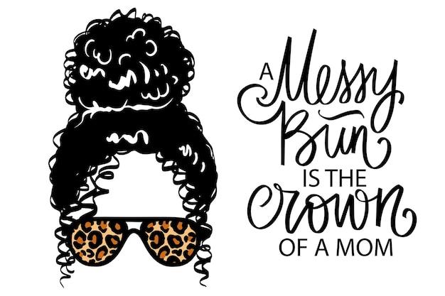Afro rozczochrany kok, okulary aviator z nadrukiem lamparta. ilustracja wektorowa kobiety. kobiece fryzury kręcone. cytat z napisem odręcznym - niechlujny kok to korona mamy