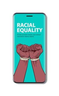 Afroamerykanie czarne pięści przywiązane liną na ekranie smartfona zatrzymują rasizm, równość rasowa, czarna koncepcja życia materia, pionowa kopia przestrzeń