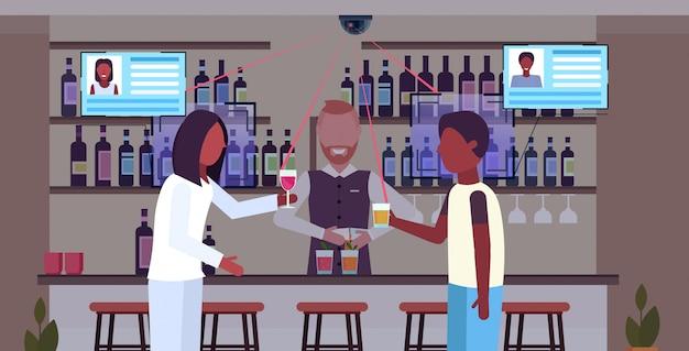 Afroamerykanie ludzie piją koktajle w barze barman służąc klientom identyfikacja rozpoznawanie twarzy koncepcja kamera bezpieczeństwa nadzoru system cctv płaski poziomy portret
