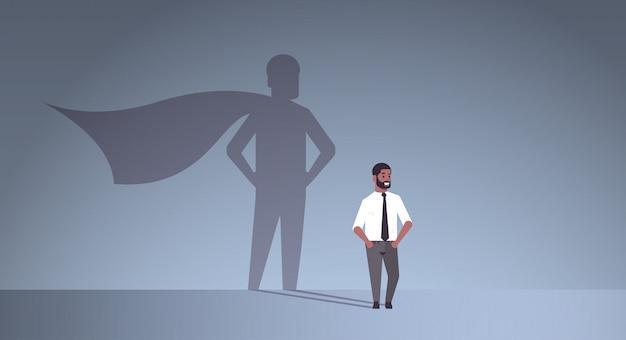 Afroamerykanin biznesmen marzy o byciu superbohaterem