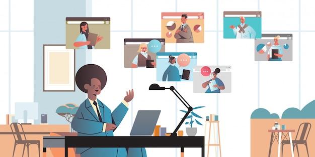 Afroamerykanin biznesmen rozmowy z kolegami podczas rozmowy wideo ludzie biznesu o koncepcji komunikacji konferencyjnej online wnętrze biura poziome ilustracja portret